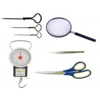 Pincetai, žirklės, termometrai, padidinimo stiklai, ylos, svarstyklės